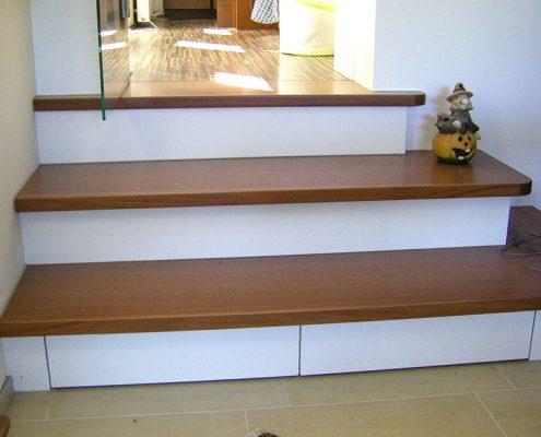 Weiße Treppe im Wohnbereich