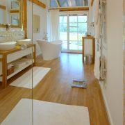 Ganzglastüranlage im hellen Badezimmer