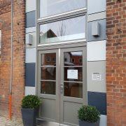 Haustür in Mehrfamilenhaus mit automatischer Mehrfachriegelung und Sicherheitsbeschlag