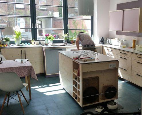 Küchen Oberfläche geweißt und geölt und ein Mitarbeiter von Holz & Handwerk