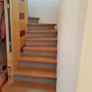 Treppe mit Stützwand mittig in das Treppenauge eingefügt
