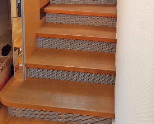 Halbgewendelte Treppenanlage mit Setzstufen in Lochblech
