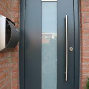 Holz-Haustür aus Meranti mit Lichtausschnitt
