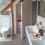 Weiße Tür im Sondermaß im Badezimmer
