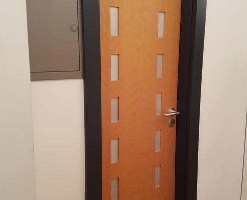Tür aus Buche mit Einlegearbeiten in Metall