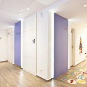Praxisumbau für Kinderarzt mit hinterleuchteten Wandpanelen