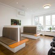 Großer Wartebereich mit Möbeln von Holz & Handwerk