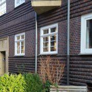 Holzfenster mit silbernen Drehkipp-Beschlag