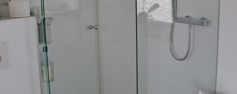 Glas-Dusche mit aufgesetztem Seitenteil