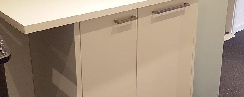Element mit zwei Türen, gefertigt aus weißem Plattenmaterial