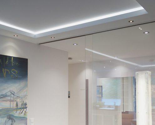 Heller Arbeitsraum mit indirekter Beleuchtung