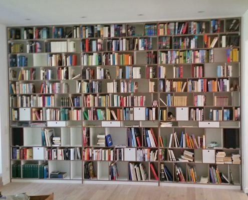 Bücherregal mit waagerecht durchlaufenden Böden