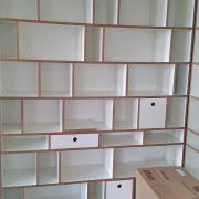 Bücherregal aus versetzte Seiten aus weiß-beschichteter MDF und geölte Kanten