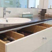 Unterschrank mit individueller Einteilung und viel Stauraum im Badezimmer