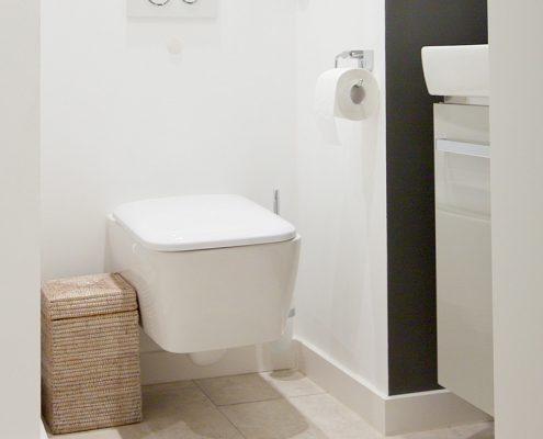 Hängender Waschtisch und umbauter Versorgungsschacht im Badezimmer