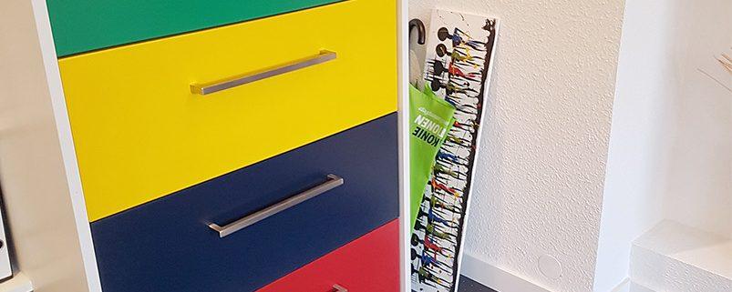 Vorhandenes Stahl Karteischranksystem mit farbig lackierten Schubkastenfronten versehen. Moderne Stangengriffen aus Edelstahl