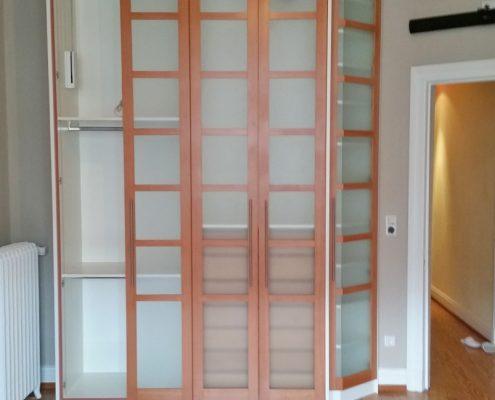 Integrierte Lichtleiste und Glasrahmentüren mit Holz