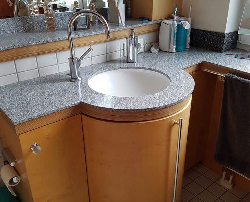 Rundgearbeiteter Waschtisch mit Gebrauchtwäscheauszug und Staronarbeitsplatte
