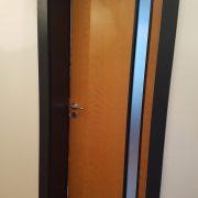 Tür aus Buche mit Glasauschnitt im anthrazitfarbenen Türrahmen