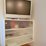 TV-Unterschrank mit eingearbeiteter Kabelführung hinter der Rückwand