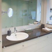 Viele Spiegelflächen schaffen Größe im Badezimmer