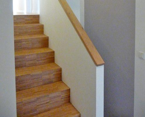 Treppe mit integriertem Holzhandlauf von Holz & Handwerk