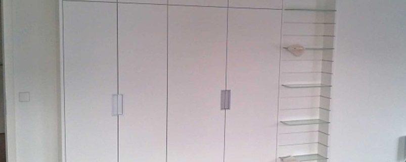Wäscheschrank aus weiß lackiertem Plattenmaterial