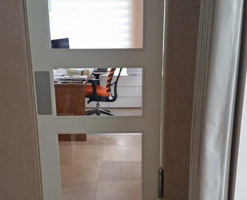 Weiße Holz-Glas-Sprossentür mit weißem Lack