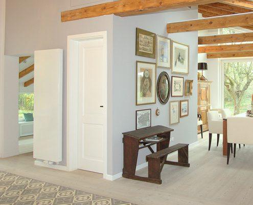 Weiße Holztür mit Kassetten-Füllung im Esszimmer