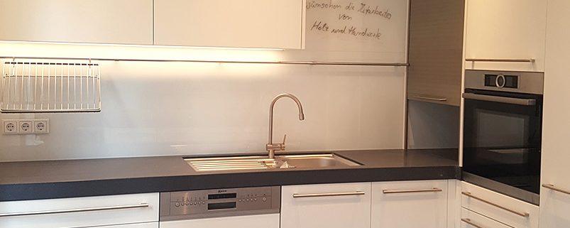 Küche mit Rollladenschrank für Kaffeebar