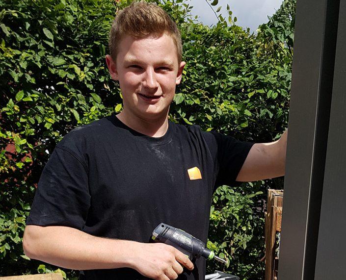 Mitarbeiter von Holz & Handwerk mit Akkuschrauber