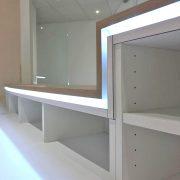 Weiße Ablageflächen mit indirekter Beleuchtung