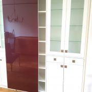 Regalsystem und Rahmentüren mit Glasfüllung