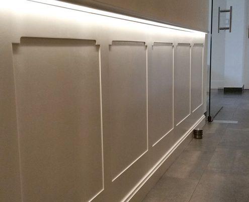 Wandpanele mit LED Beleuchtung im Bereich des Handlaufes