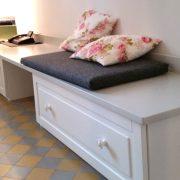 Sitzmöbel aus weiß lackiertem Holz