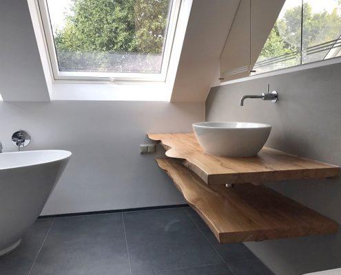 Rustikaler Waschtisch mit aufgesetztem Waschbecken