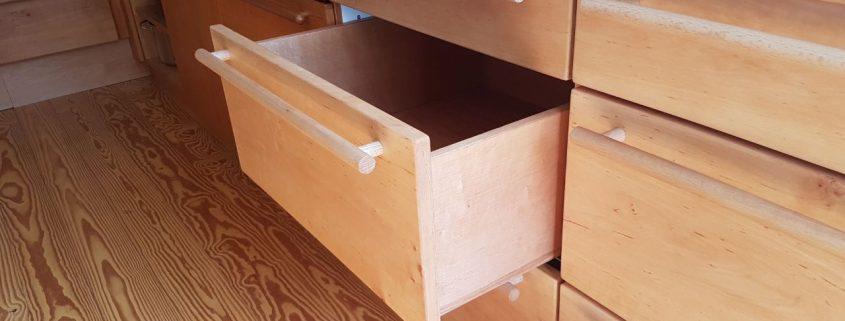 Container mit geöffnetem Schubkasten
