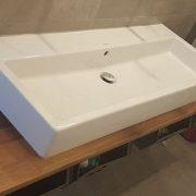 Altholz-Arbeitsplate mit Waschbecken