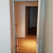 in Schrankwand integrierte Tür