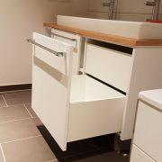 Offene Schublade von Waschtischunterschrank