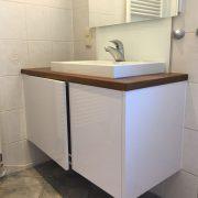 Aufsatzwaschbecken auf Nußbaum-Arbeitsplatte