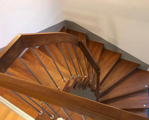 Wendeltreppe von oben über Geländer