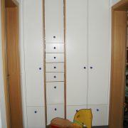 Asymmetrisch aufgeteiltes Garderobenelement
