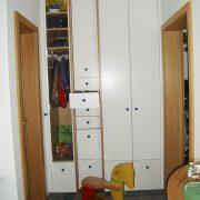 Garderobe mit offenen Türen und Schubkästen