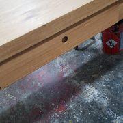 Schublade unter Tischplatte im Zargengestell eingepasst Fertigung in massiver Eiche mit Kulissenauszug und Handhabe über Lochfräsung