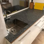 Arbeitsplatte aus kunstharzgebundenem Plattenmaterial in graublau (Pfeffer & Salz)