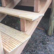 Holz-Stufen aus geriffelter Lärche