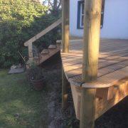 Alte Balkenanlage am Holzdeck teilweise erneuert