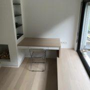 Schreibtisch fest montiert über unsichtbare Wandbefestigung und einseitig freitragend