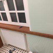 Ablageflächen in Fensterausschnitte eingepasst
